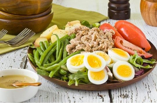 tuna, salad, tomato, potato, green beans, lettuce, tunafish
